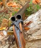 一把木减速火箭的猎枪 免版税库存照片