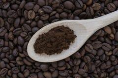 一把木匙子用碾碎的咖啡和咖啡豆 免版税库存图片