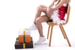 一把木椅子和礼物的圣诞节女孩 免版税库存图片