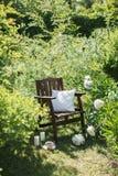 一把木椅子在庭院和茶里 库存照片