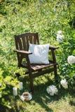 一把木椅子在庭院和茶里 图库摄影