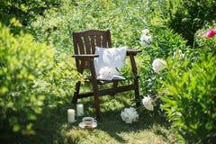 一把木椅子在庭院和茶里 库存图片