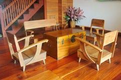 一把柚木树木嵌墙桌子和扶手椅子在木地板上 库存图片