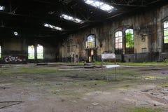 一把椅子在一家废弃的工厂 免版税库存照片