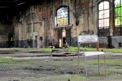 一把椅子在一家废弃的工厂 免版税库存图片