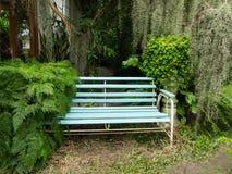 一把椅子在庭院里 免版税图库摄影