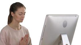 一把椅子的可爱的妇女在与计算机的桌上思考在白色背景的 股票录像
