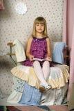 一把椅子的女孩与书 库存图片