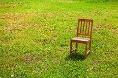 一把椅子的孑然在草的 库存照片