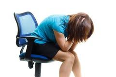 一把椅子的生气女孩在白色背景 库存图片