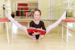一把椅子的舞蹈家与舞蹈学校 免版税图库摄影
