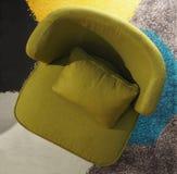 一把橄榄绿扶手椅子的顶视图在一张五颜六色的地毯的,沙发接近  库存照片