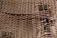 一把残破的藤条椅子 免版税库存图片