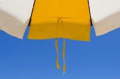 一把沙滩伞的细节有鞋带的在蓝色s的底部 库存照片