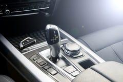 一把现代汽车和无线汽车钥匙,汽车内部细节的自动变速杆 软的照明设备 免版税图库摄影