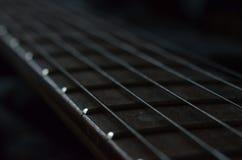 一把电吉他的铁串 免版税库存照片
