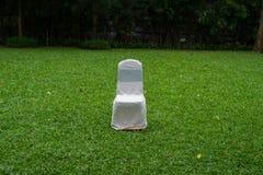一把白色椅子在庭院里 免版税图库摄影