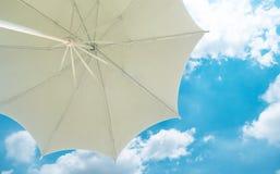 从一把白色沙滩伞下面的看法 免版税图库摄影