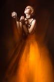 一把皮革剑的美丽的时髦的女人 免版税库存图片