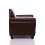 一把皮革扶手椅子的侧视图 免版税库存图片