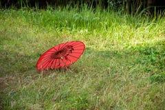 一把红色伞的湖北恩施市草坪 免版税库存图片