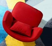 一把红色扶手椅子的顶视图在一张五颜六色的地毯的 库存照片