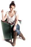 一把绿色椅子的女孩 免版税库存照片