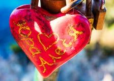 一把美丽和生锈的红色心形的锁的接近的照片在科孚岛,希腊 免版税库存图片