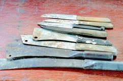 一把老刀子的一个小组有木把柄的用于在厨房使用 免版税库存照片