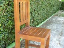 一把老木椅子在庭院里 库存图片