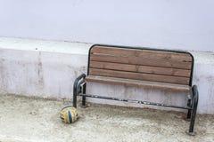 一把老椅子和球 免版税库存图片
