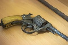 一把老生锈的左轮手枪 免版税库存图片