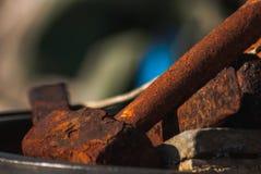 一把老生锈的锤子 免版税库存照片