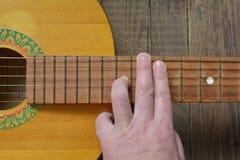 一把老葡萄酒吉他的曲调 库存照片