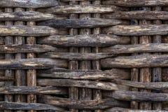 一把老藤椅的灰色背景片段由木枝杈制成 湿纹理 免版税库存照片