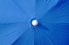 一把蓝色沙滩伞概要 图库摄影