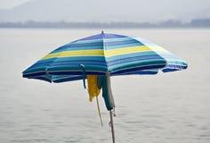 一把蓝色遮阳伞 免版税库存照片