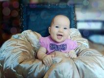 一把被填塞的凳子的婴孩 免版税库存照片