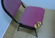 一把被撕毁的布料椅子 免版税库存图片