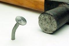 一把钉子和锤子 免版税库存图片