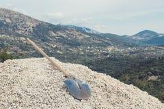 一把铁锹的特写镜头在石头的 库存图片