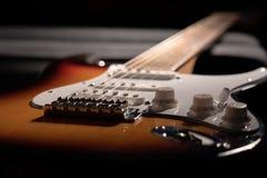 一把镶有钻石的旭日形首饰的电吉他的特写镜头 免版税图库摄影