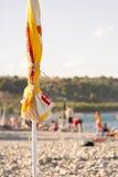 一把闭合的沙滩伞 免版税库存照片