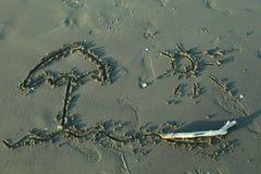一把阳伞的图画在海滩的沙子的 库存图片