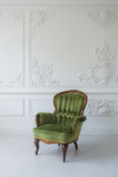 一把经典扶手椅子对一个空白墙壁和楼层 复制空间 图库摄影