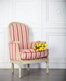 一把经典扶手椅子对一个空白墙壁和楼层 图库摄影