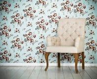 一把经典扶手椅子对墙壁和地板 免版税库存照片