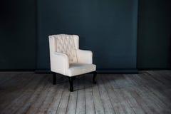 一把经典扶手椅子对深蓝墙壁和 库存照片