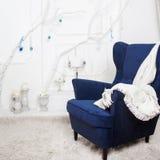 一把经典扶手椅子对白色墙壁和 免版税库存照片