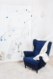 一把经典扶手椅子对白色墙壁和 库存图片